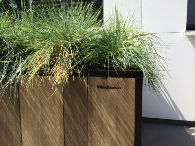 Moderne luxe buiten plantenbak door Woodstack Breda