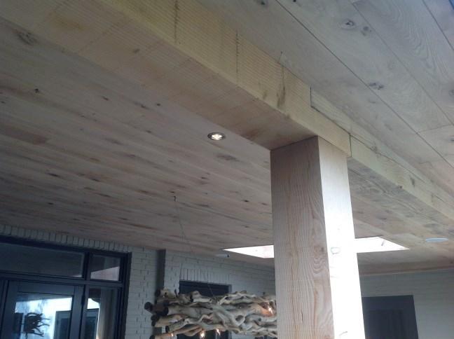 Terrasoverkapping, close up van de houtverbinding en de ingebouwde verlichting