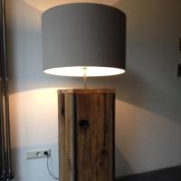 Stijlvolle lamp van eiken met ijzer hoekprofielen