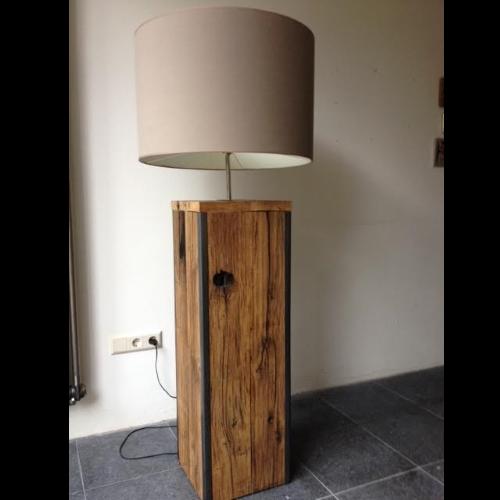 Stijlvolle lamp gemaakt van Eikenhout met ijzeren profielen