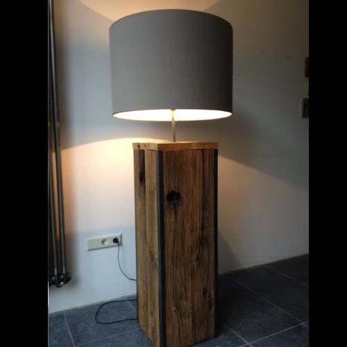 Stijlvolle lamp gemaakt van Eikenhout met ijzeren profielen. WoodStack Breda
