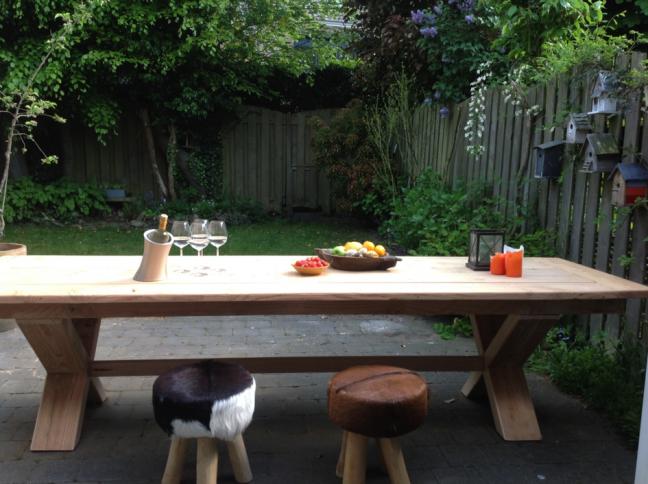 Mooie buitentafel gemaakt van douglas hout door Woodstack Breda